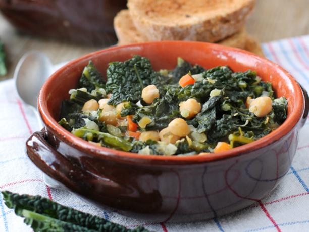 Zuppa Toscana di ceci e cavolo nero con crostini all'aglio
